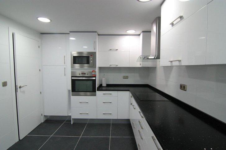 Trabajos realizados mm - Cocina blanca encimera negra ...