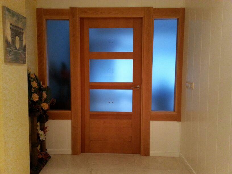 puerta interior con cristales en madera maciza de roble