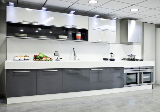 Cocinas modernas blancas y grises for Cocinas blancas y grises fotos